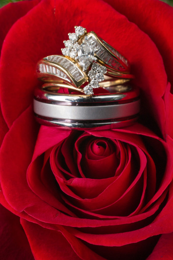 wedding rings red rose